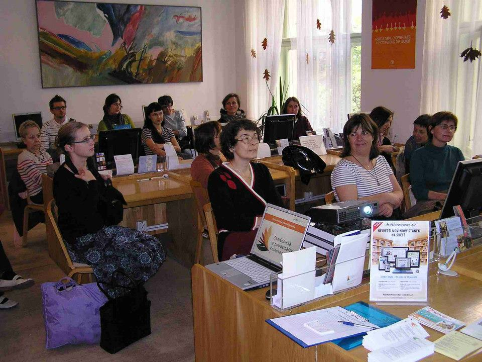 Účastníci exkurze poslouchají výklad o knihovně a jejich službách