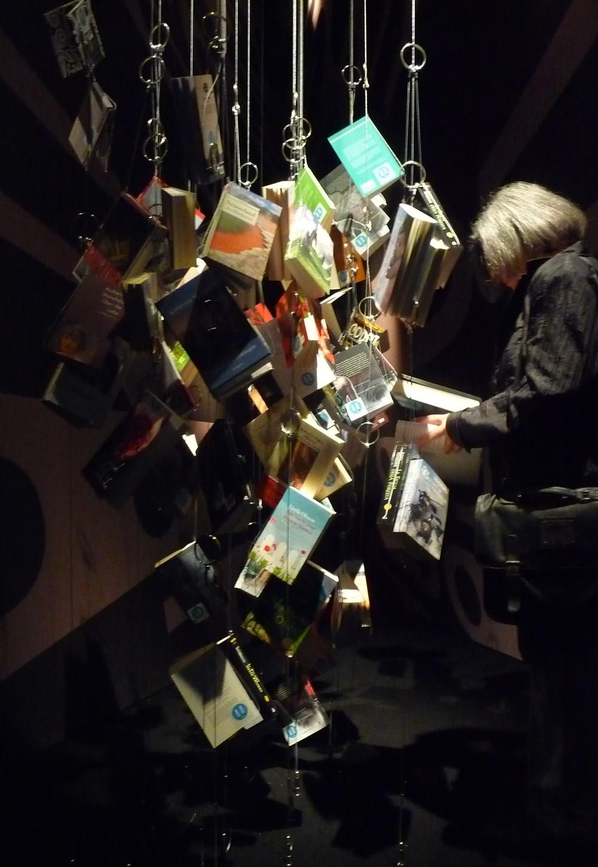 Knihy prezentované v rámci novozélandské expozice zde visely jako hejna sušených ryb