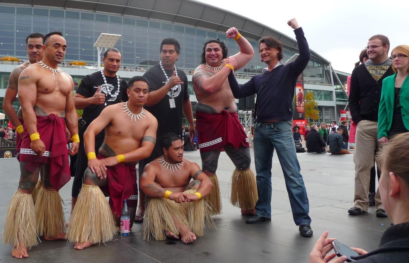 Urostlí maorští tanečníci nemluvili maorsky, ale plynnou angličtinou