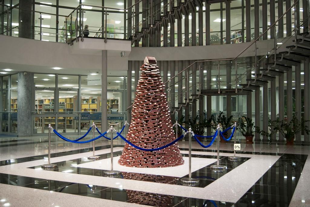 Vánoční stromek z knih postavený v Knihovně Olštýnské univerzity na Vánoce v roce 2011