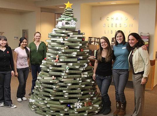 Knižní stromek vyrostl také v Gleeson Library v San Franciscu