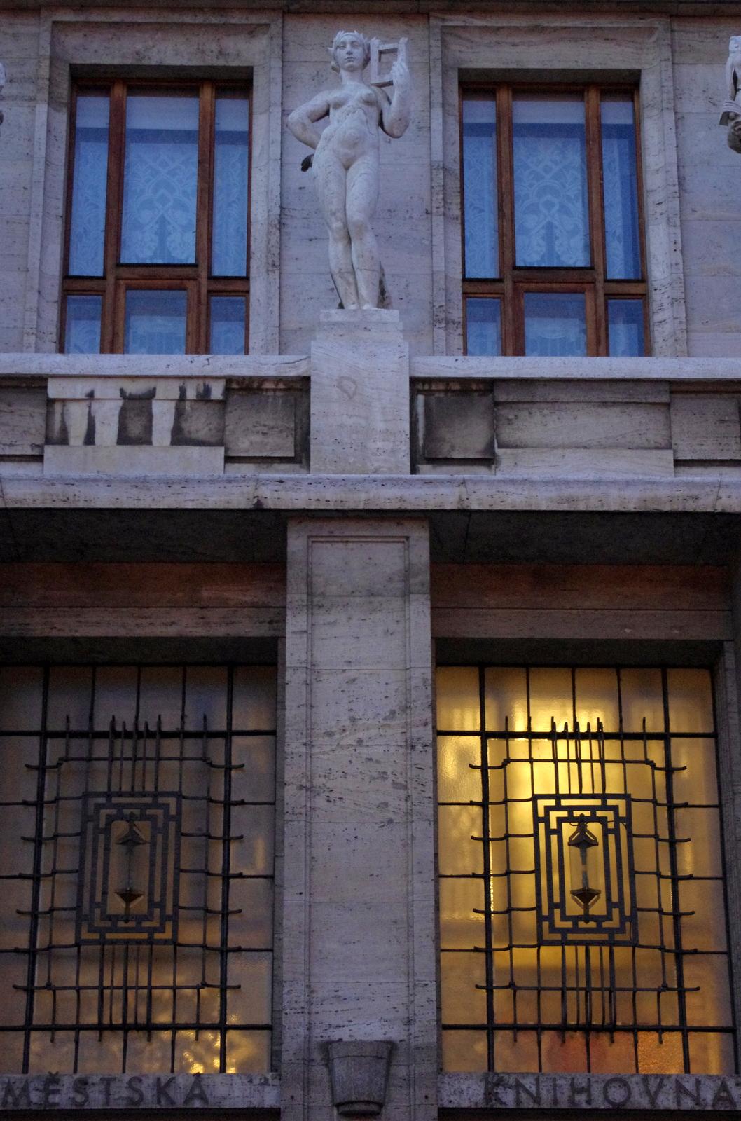 Z hudebního roku bude mít radost i ústřední múza na portálové římse Ústřední knihovny od Ladislava Kofránka...