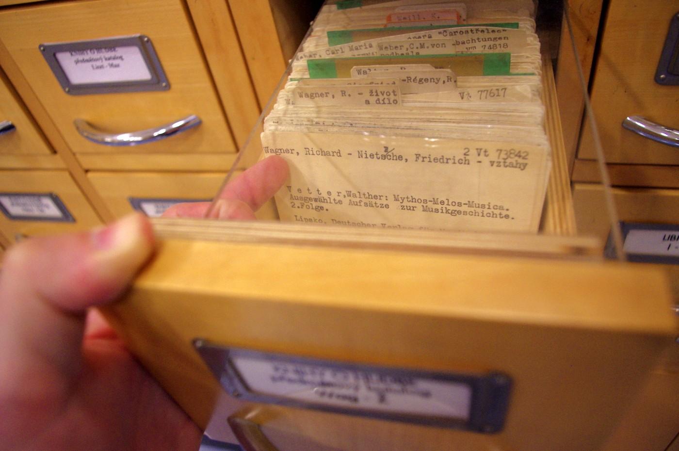 """V Městské knihovně je prostor pro vinyl i pro """"starý"""" lístkový katalog. V hudebním oddělení lze najít cenné poklady."""