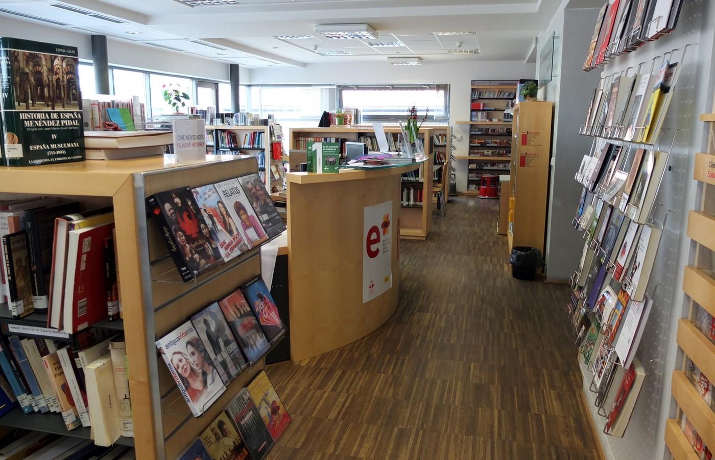 Do útulného interiéru knihovny v budově španělské ambasády na Praze2 můžete zajít i za nabídkou nové elektronické knihovny