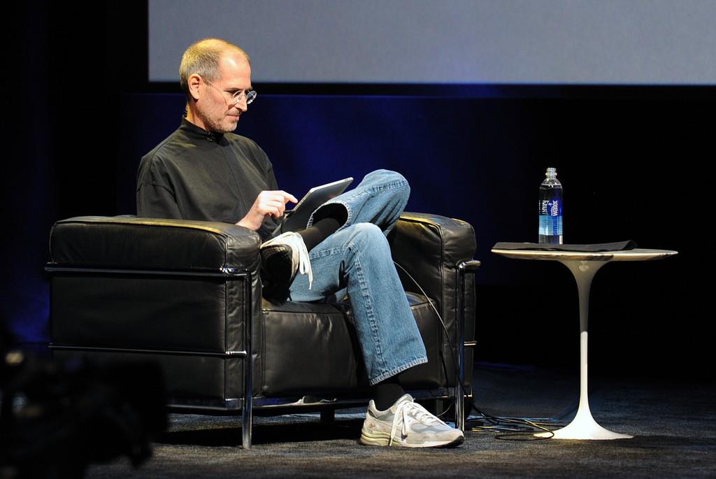 Steve Jobs a jeho legendární černý rolák, modré džíny a prezentace laděné do černé a tmavě modré barvy