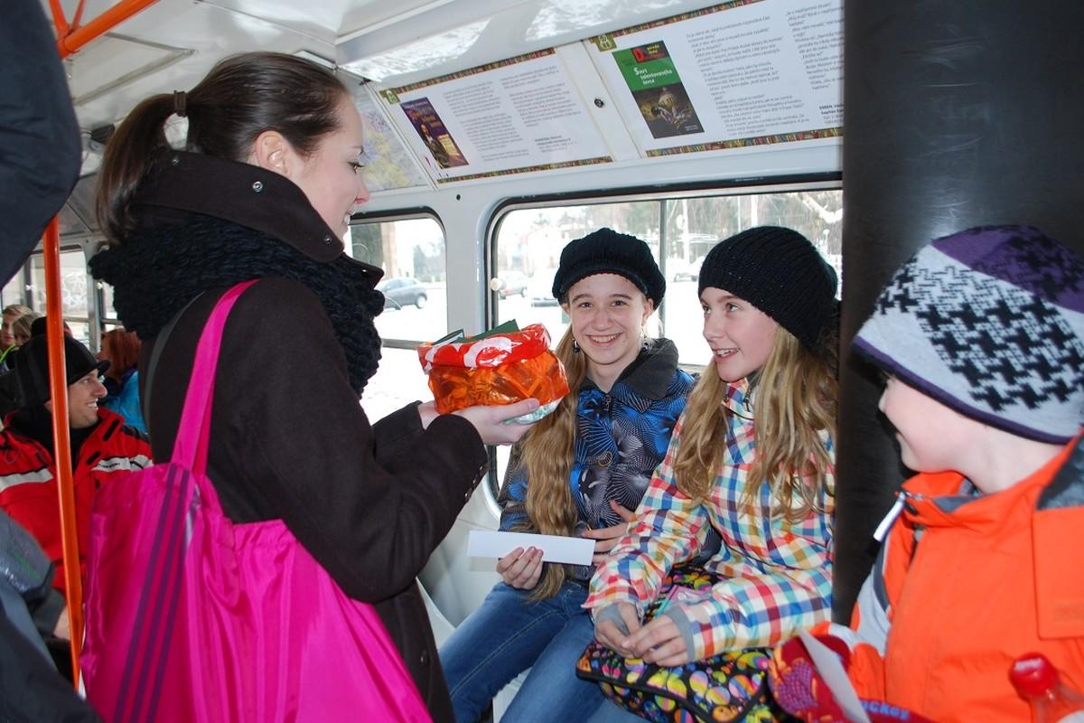 Knižní revizoři odměňují čtenáře cestující tramvají