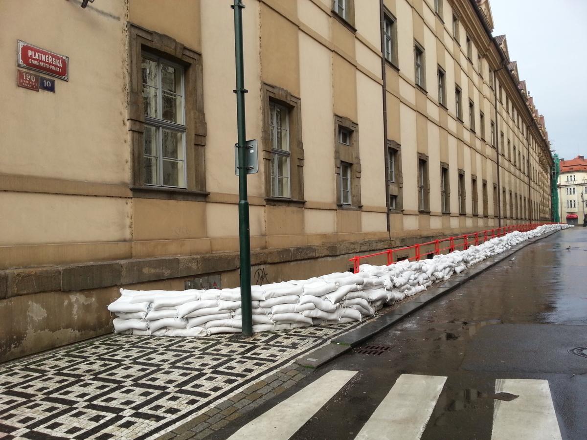 Protipovodňová hráz v Platnéřské ulici