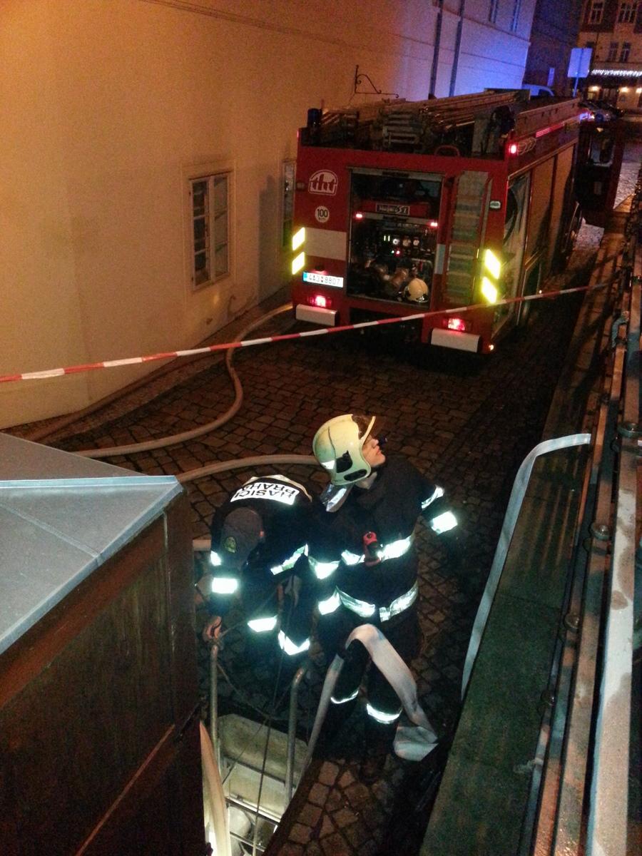 Zásah hasičů a odčerpávání vody