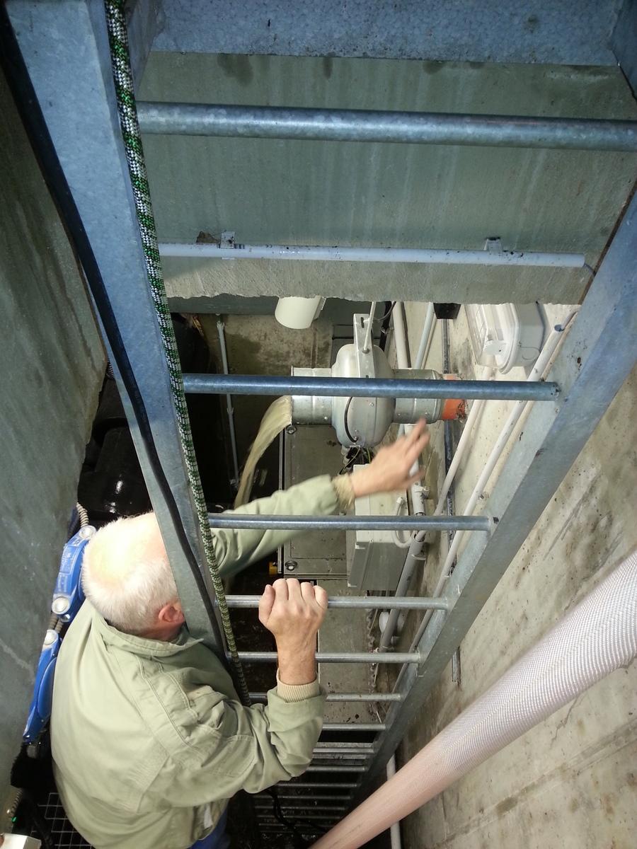 Příprava na utěsnění šachty igelity a látkami