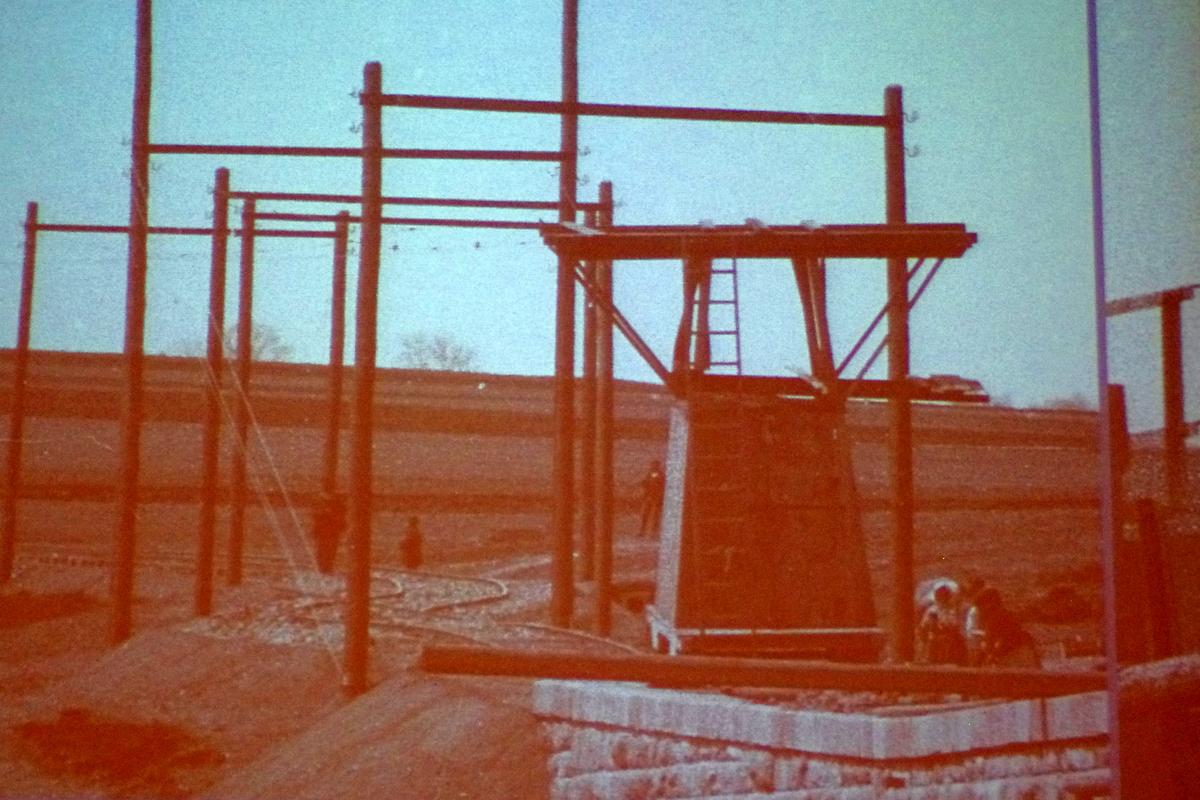 Dobový snímek stroje na stavění bran