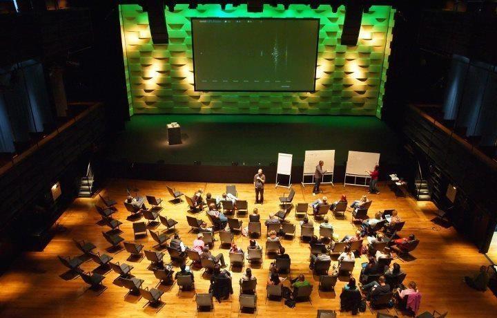 Úvodní zasedání ve Vanaja Hall