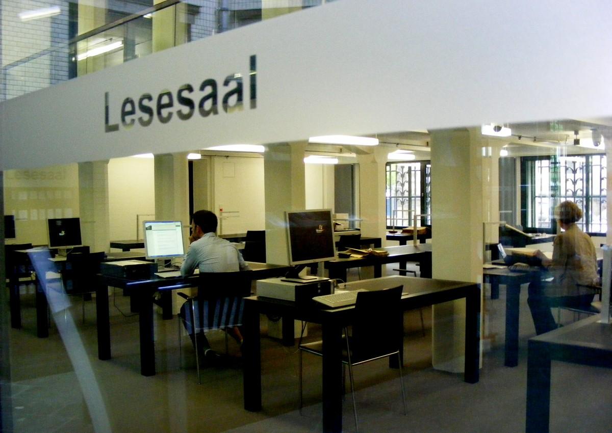 Landesarchiv Drážďany, historická i nová budova; pohled do badatelny; pohled z historických depotů do dvorany