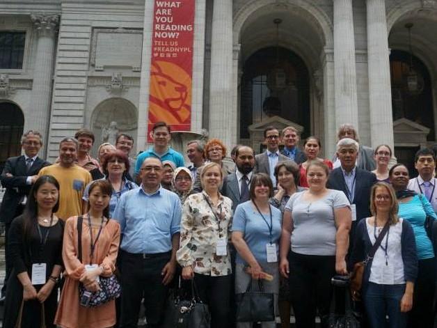 Účastníci newyorského zasedání před budovou hlavní pobočky veřejné knihovny