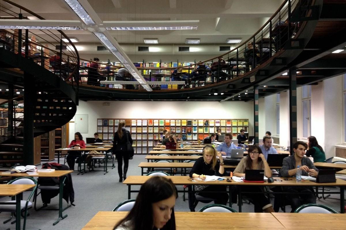 Knihovna právnické fakulty je přes den hojně využívána studenty
