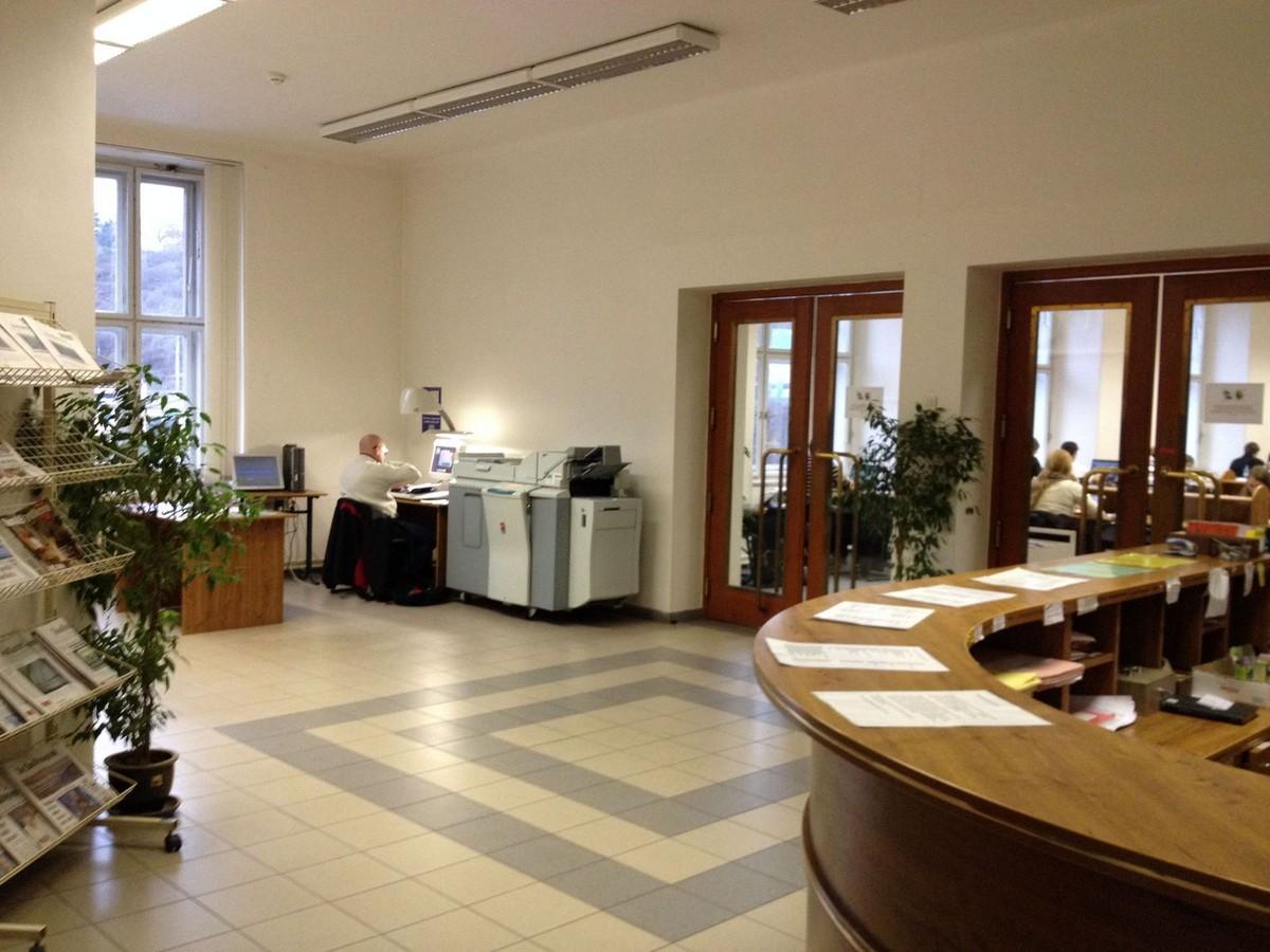 Interiér knihovny a prostory fakulty