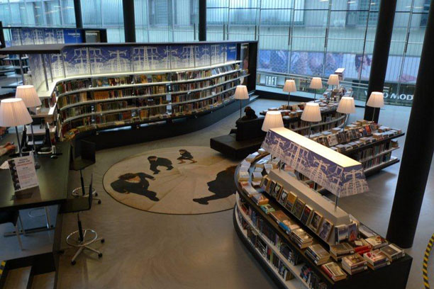 Oddělení Napětí a tematicky laděný interiér v Nově knihovně v Almere