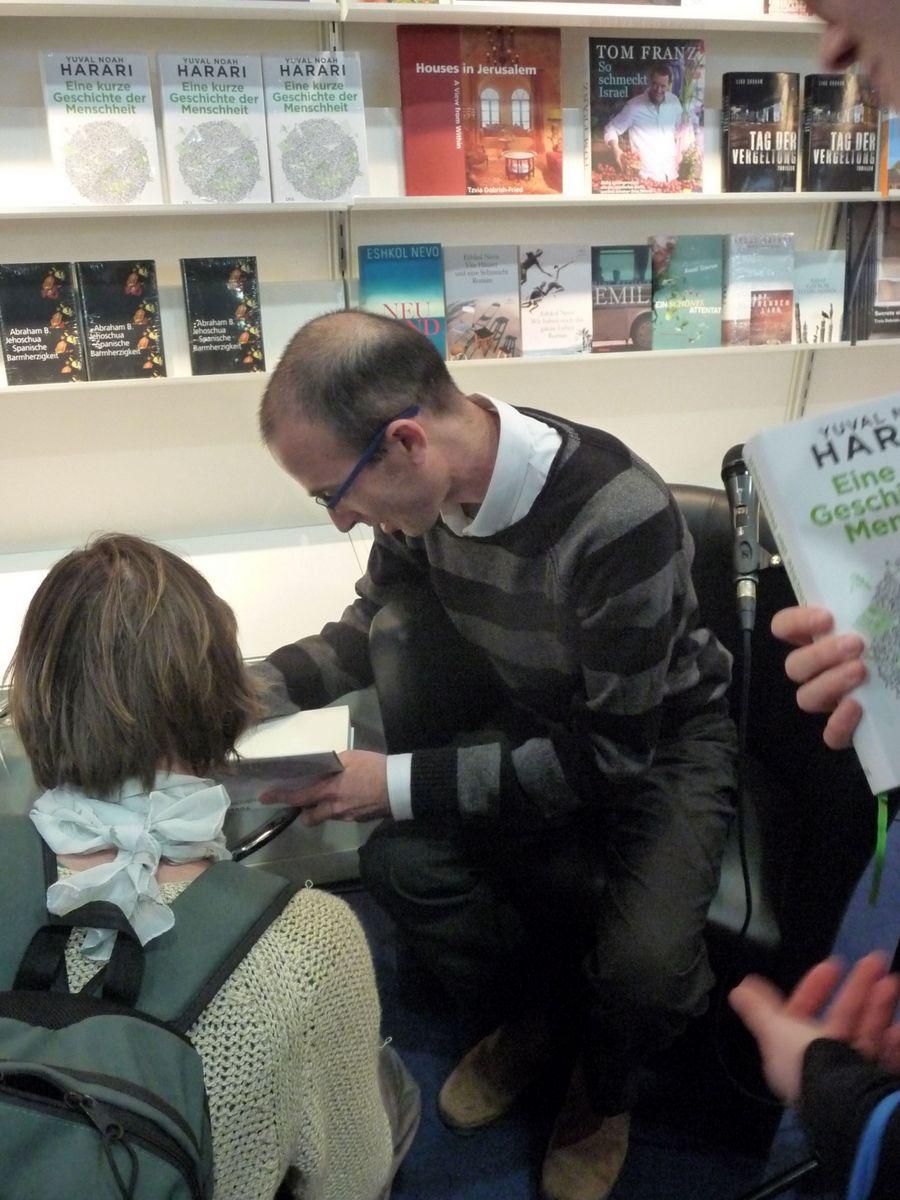 Skromný Yuval Harari v obležení zájemců o autogram