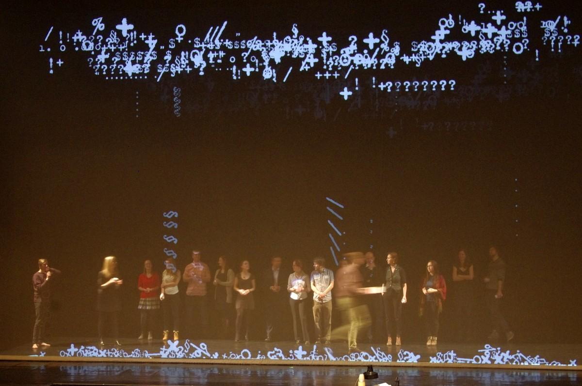 Skupinka odvážlivců se během workshopu vydala na jeviště, aby si sama vyzkoušela umění performera