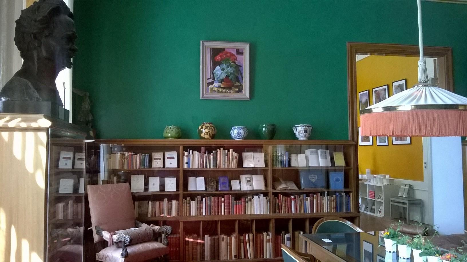 Busta Augusta Strindberga v knihovně stockholmské rezidence Waldemarsudde