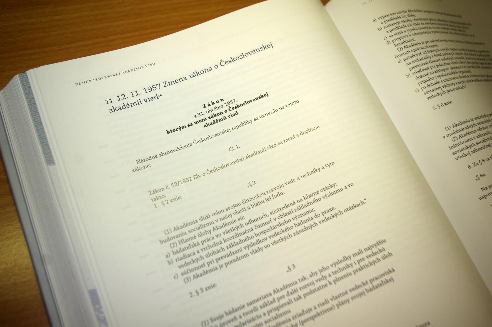 Bezmála sedmisetstránková kniha shromažďuje i dokumenty, které k historii instituce neodmyslitelně patří