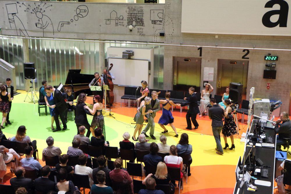 Na swingovém koncertě (nejen) pro účastníky konference KRE se hrálo, zpívalo i tančilo
