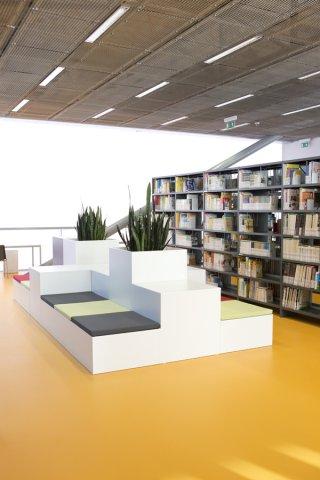 Moderně zařízený interiér Vědecké knihovny UJEP