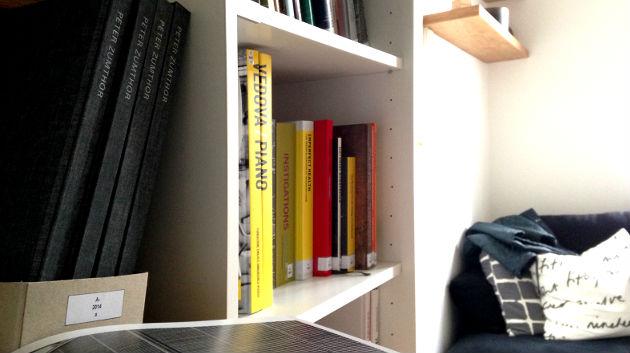 Šumná bibliotéka obsahuje zhruba sedm set unikátních publikací