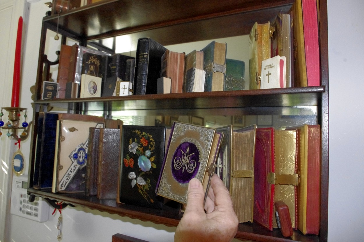 Vzácné knihy, pohár z Glasgow a vánoční stromek zdobený knihami