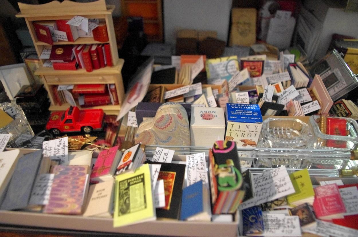 Vzácné knihy, pohár z Glasgow a vánoční stromek zdobený knihamij