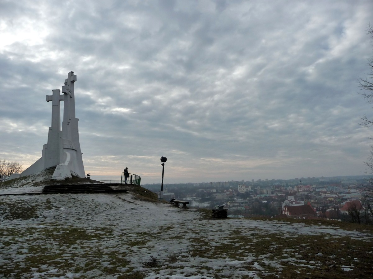 Tři kříže zdvihající se nad městem