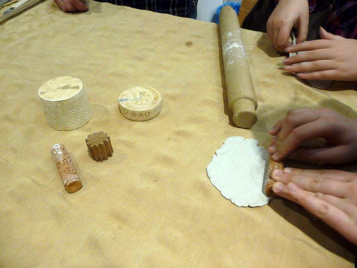 Výroba hliněných destiček s nápisem či ornamentem