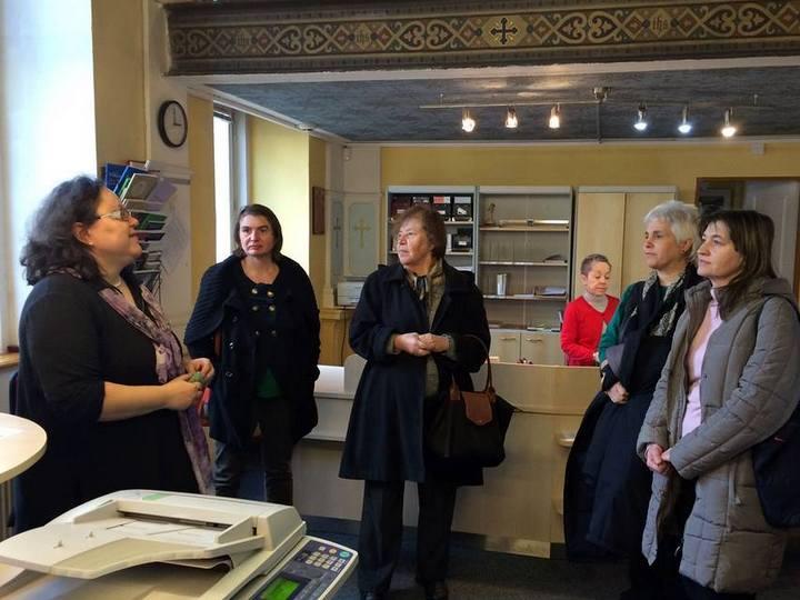 Část skupiny Svazu knihovníků a informačních pracovníků (SKIP) na návštěvě knihovny JABOK