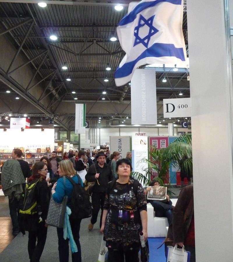 Izraelská vlajka na knižním veletrhu