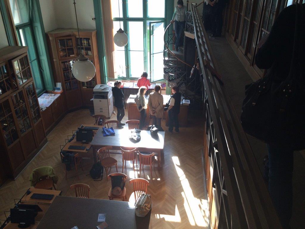 Pohled na knihovnu z galerie