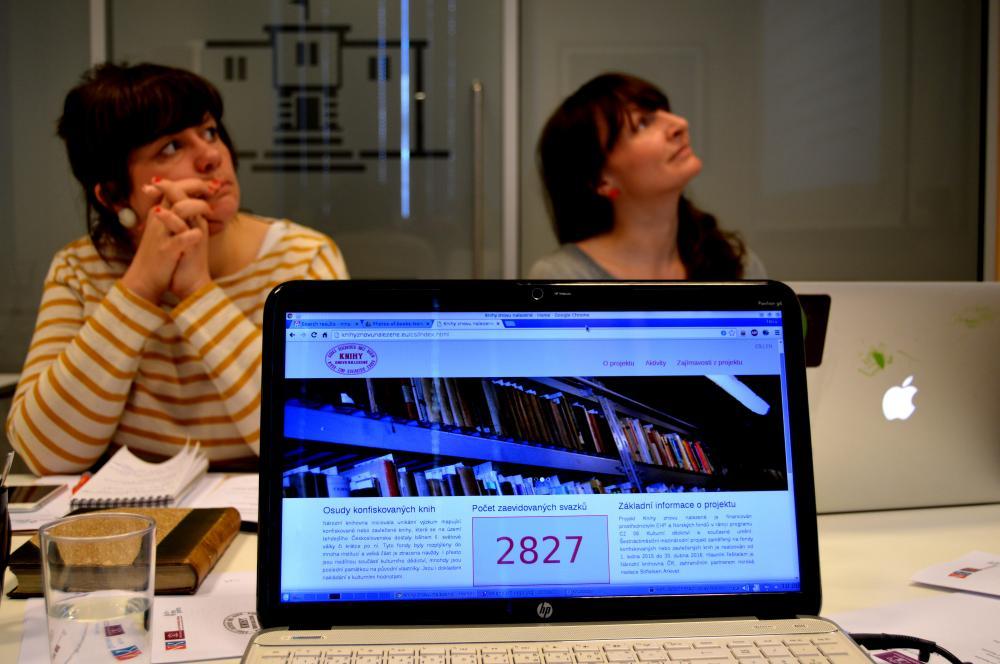 Pro kontinuální propagaci projektu využíváme webové stránky. V pozadí jsou kolegyně z Norska.