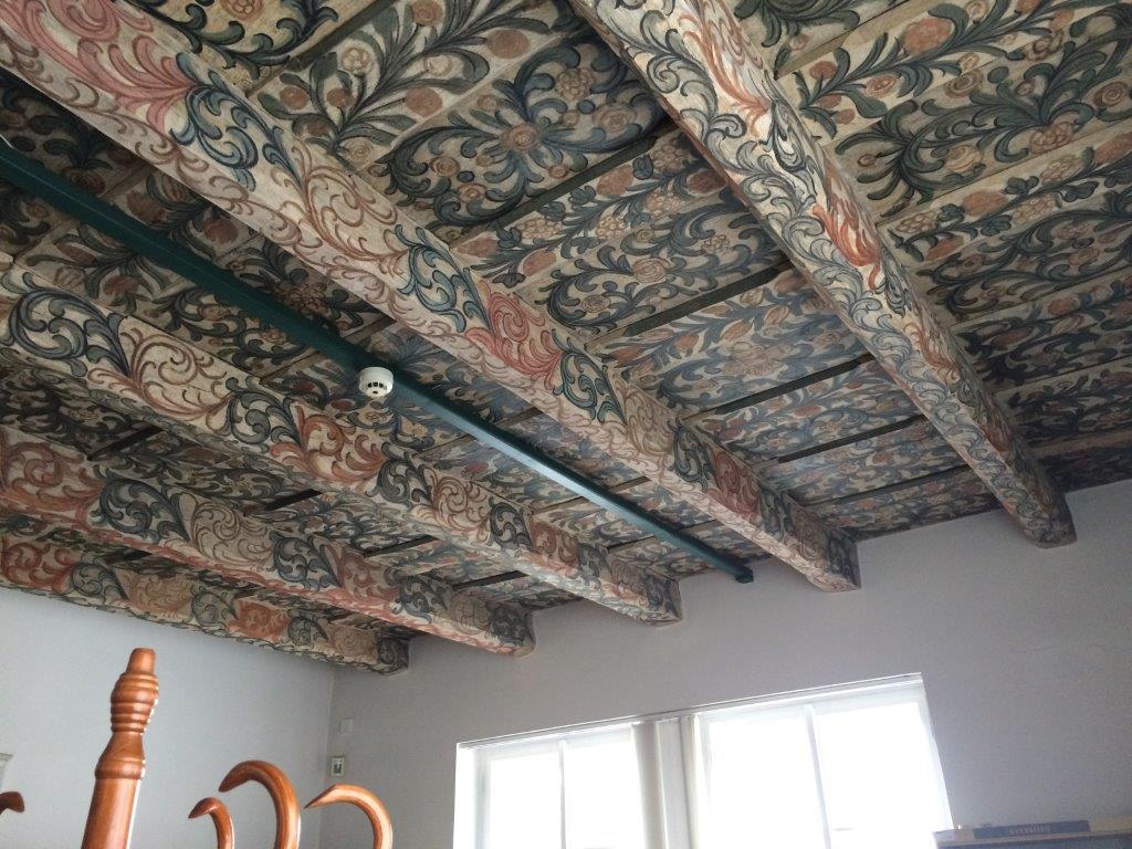 Zdobené dřevěné trámové stropy v knihovně