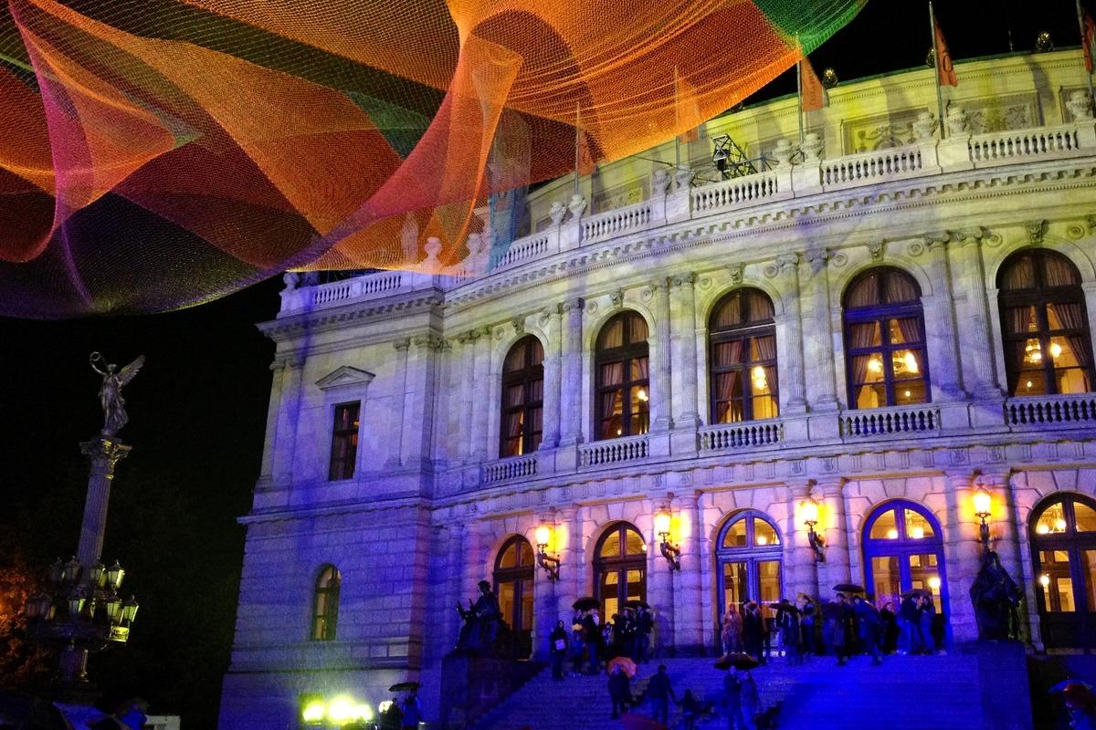 Instalace 1.26 a osvětlené Rudolfinum na náměstí Jana Palacha