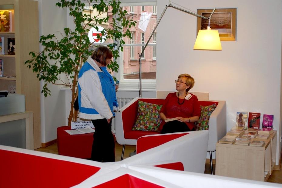 Nový mobiliář sloužící ke čtení, studiu i relaxaci