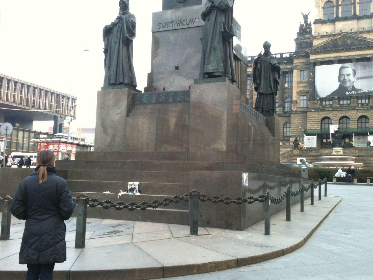 Vzpomínka na Terryho Pratchetta u sochy sv. Václava