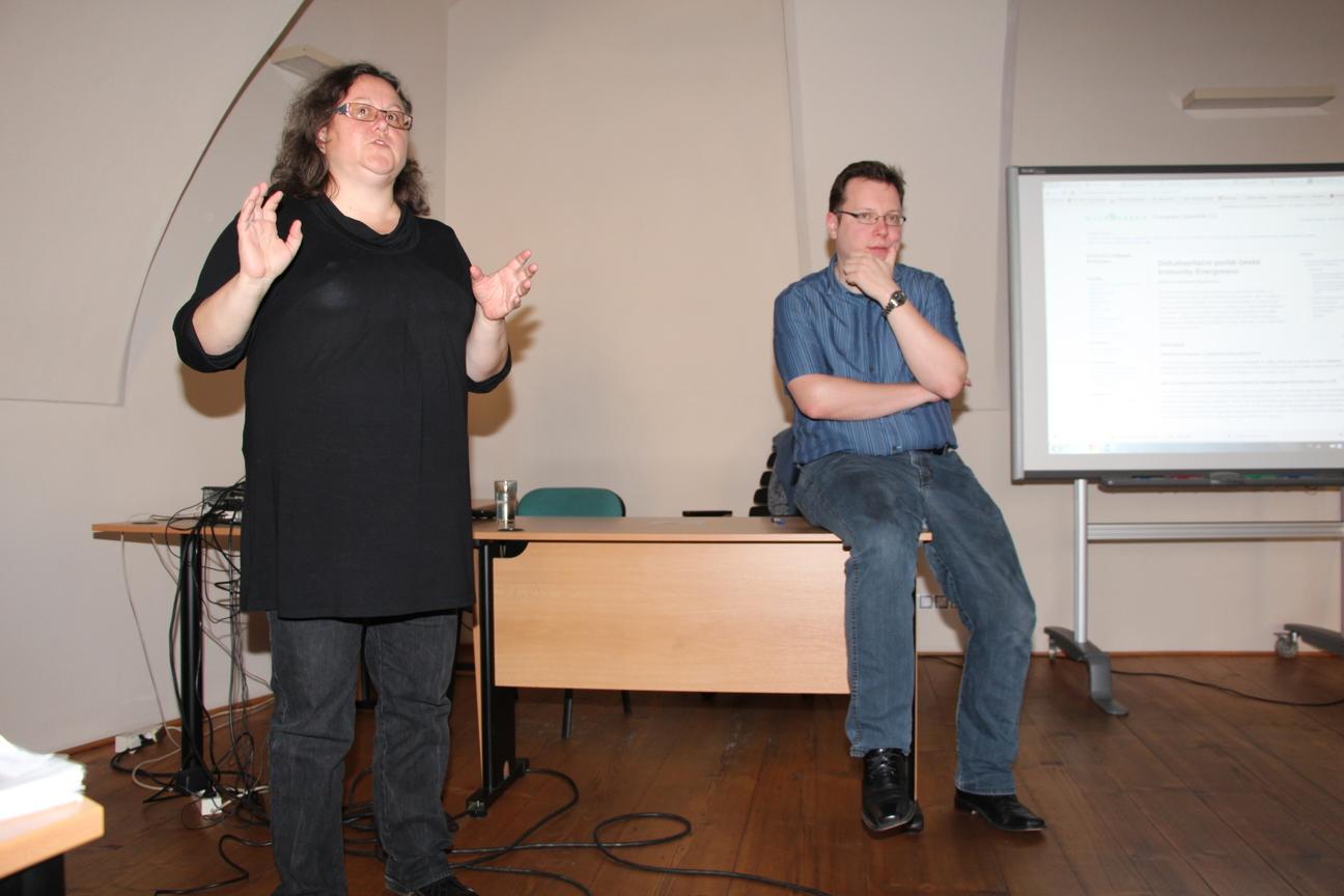 V. Jansa a E. Cerniňáková při diskusi