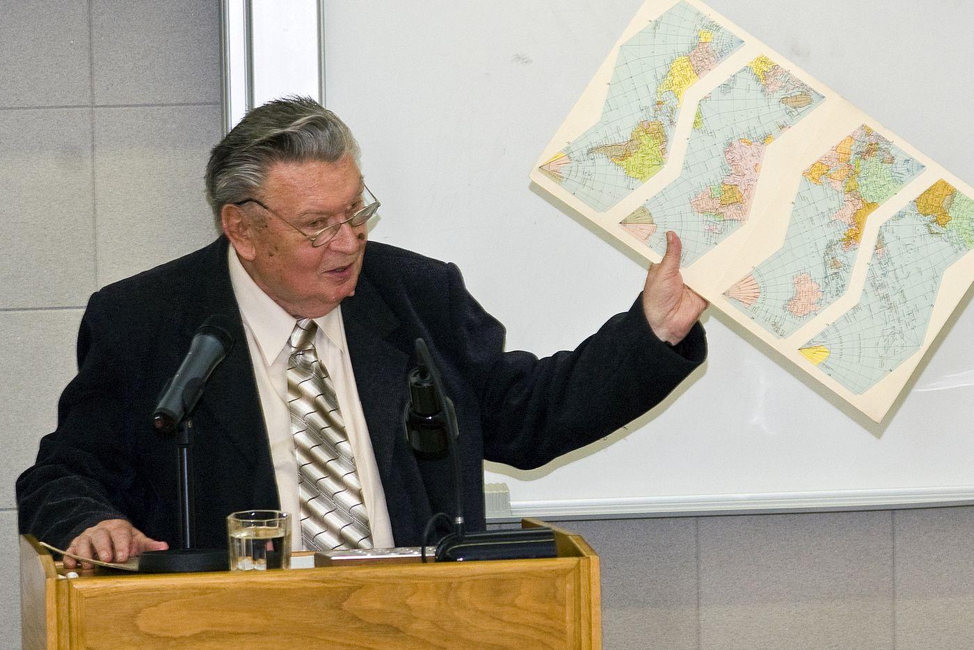 Doc. Mucha na semináři u příležitosti 100. výročí narození profesora Karla Kuchaře