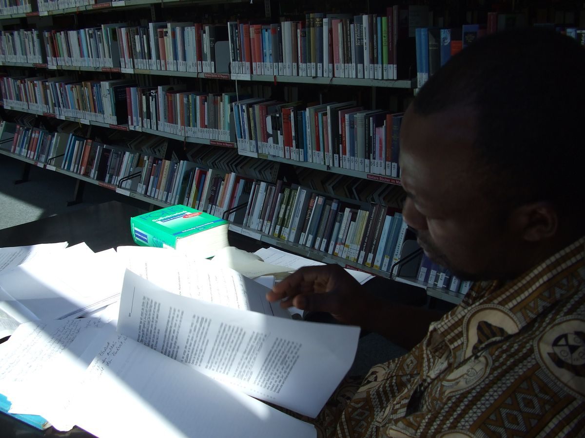 Žadatel o azyl z Kamerunu se v berlínské knihovně připravuje na zkoušku z němčiny