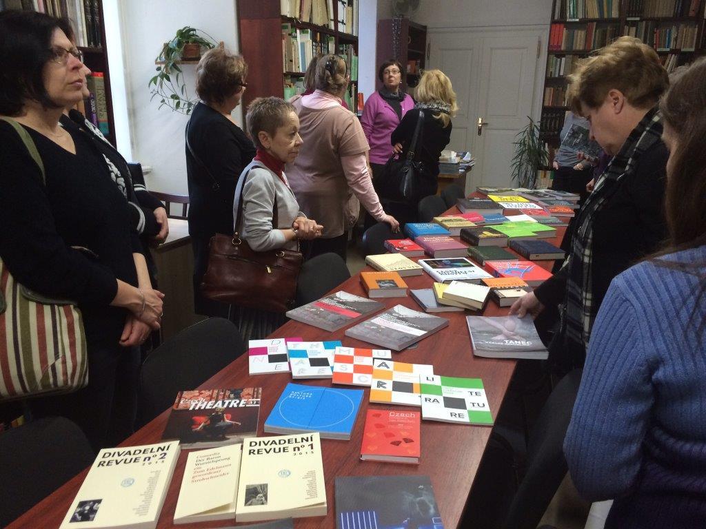 Knihovnou Divadelního ústavu nás prováděla její vedoucí paní Helena Hantáková