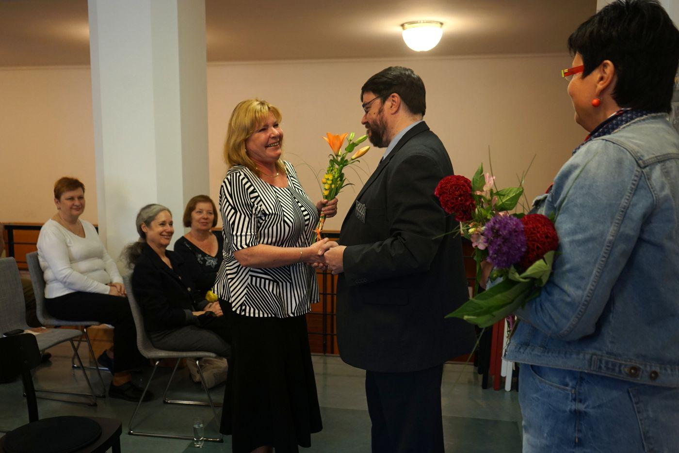Ředitel Městské knihovny v Praze Tomáš Řehák gratuluje zástupcům jednotlivých oddělení