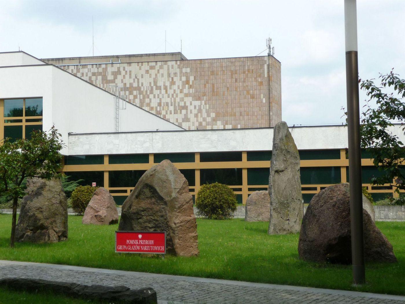 Megalitický kruh před Národní knihovnou