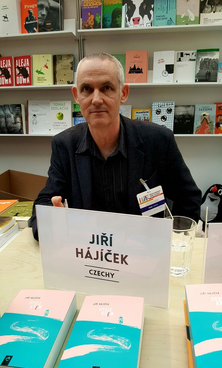 Jiří Hájíček podepisuje svou knihu Rybí krev