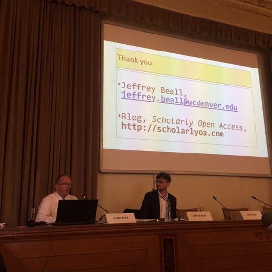 Jeffrey Beall přednáší na konferenci Parazitické vztahy v akademickém publikování