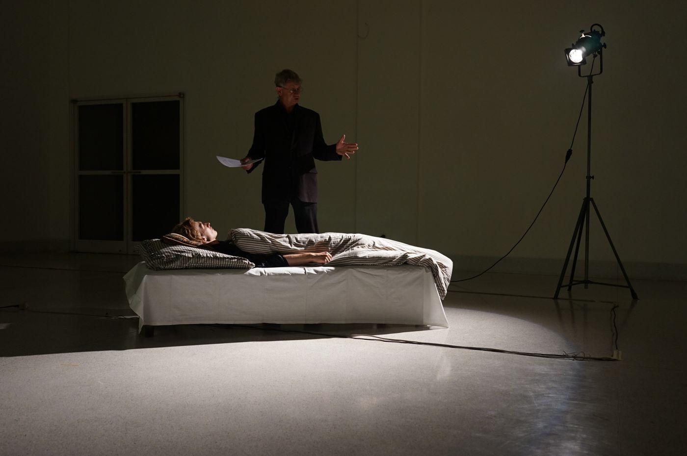 Petr Koťátko provádí jednu z večerních performancí - čtení s názvem Převrácené dějiny a zfalšovaná paměť