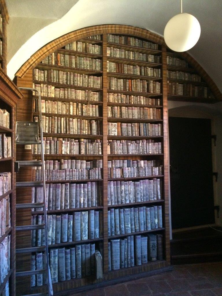 Barokní regály v Kapucínské provinční knihovně