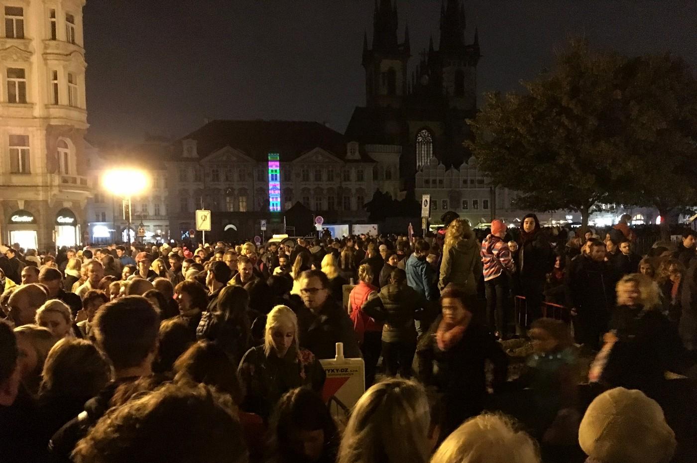Davy lidí na Staroměstském náměstí